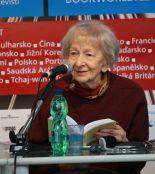 Wisława Szymborska na targach książki Svět knihy (Praga, 2010) [źródło zdjęcia]