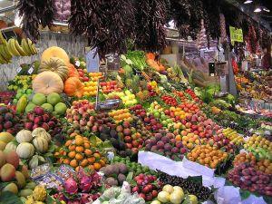 [Świerże owoce na straganie, źródło zdjęcia].