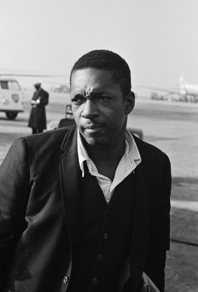 [John Coltranie 1963 rok, źródło zdjęcia]